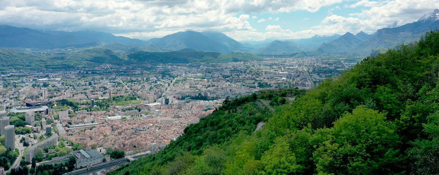 Vue panoramique de Grenoble réalisée par un photographe par drone