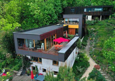 Prise de vue avec un drone d'une maison en bois