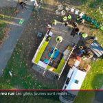 Vue plongeante prise par un drone sur la cabane construite par les gilets jaunes au rond point