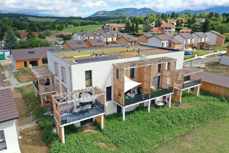 Plan serré d'un bâtiment par drone