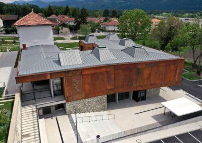 Photo par drone de la médiathèque de Montbonnot faite pour les architectes Chapuis Royer à Grenoble.